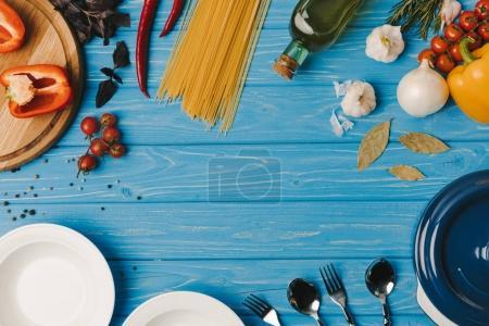 Photo pour Vue de dessus des ingrédients pour la cuisson sur table bleue - image libre de droit