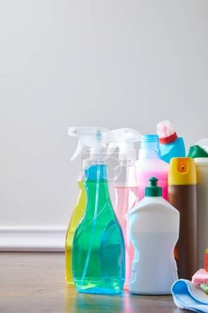 Photo pour Approvisionnements intérieurs colorés pour le printemps de nettoyage sur plancher en bois - image libre de droit