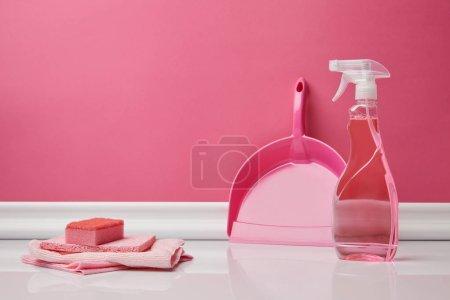 Rosa trapos, esponja y cuchara para limpieza de primavera