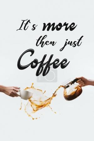 Photo pour Vue recadrée de mains avec tasse et verre pot faire d'éclaboussures de café, isolé sur blanc avec inspiration «Son café puis juste plus» - image libre de droit