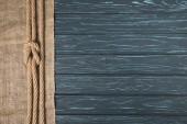 vue de dessus de corde nautique marron nouée sur un sac sur la surface en bois