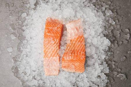 Photo pour Vue de dessus des tranches de saumon sur la glace concassée - image libre de droit