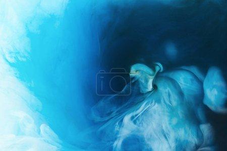 imagen de marco completo de mezcla de pinturas azules, negras y blancas salpicaduras en el agua