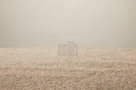 Photo pour Vue rapprochée de la texture du sable sur fond gris - image libre de droit