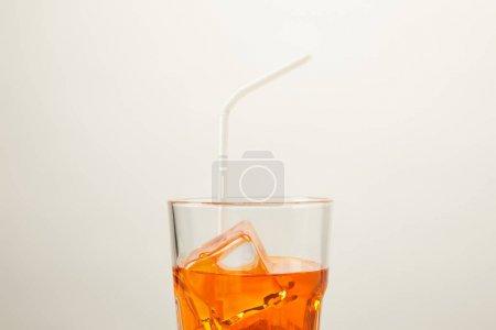 vue rapprochée du verre de cocktail rafraîchissant avec paille isolée sur gris