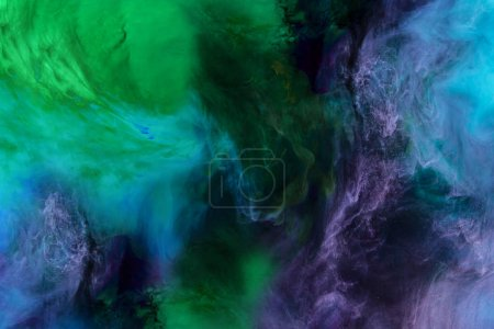 Photo pour Texture artistique avec des tourbillons de peinture bleu, violet et vert ressemble à l'espace - image libre de droit