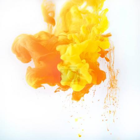 Photo pour Texture avec éclaboussures de peinture jaune et orange, isolé sur blanc - image libre de droit