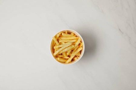 vue de dessus du bol de frites français sur blanc
