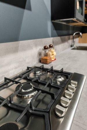 Photo pour Intérieur de cuisine moderne avec métal poêle sur le comptoir - image libre de droit