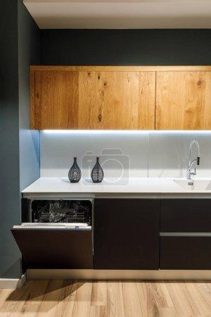 Photo pour Intérieur de cuisine moderne avec lave vaisselle intégré - image libre de droit