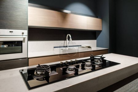Photo pour Poêle à l'intérieur d'une cuisine moderne avec le métal - image libre de droit