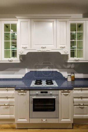 Photo pour Chic cuisine avec cuisinière et four au comptoir en bois - image libre de droit