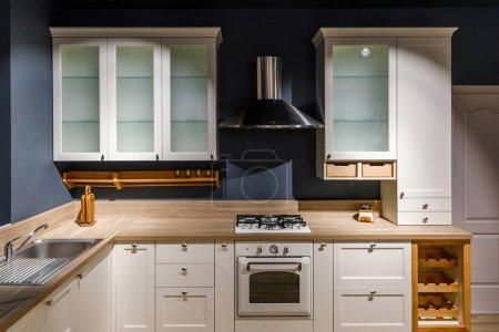 Photo pour Cuisine élégante avec des meubles vintage et poêle - image libre de droit