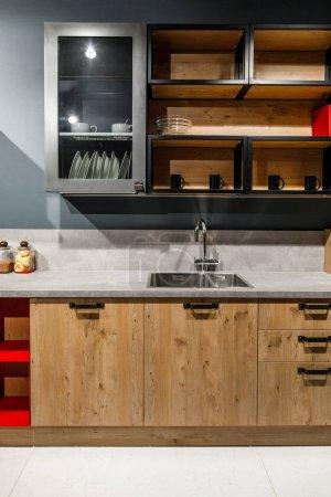 Cuisine élégante avec des meubles en bois élégants et poêle