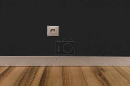 Prise de courant simple dans un mur vide sur plancher en bois