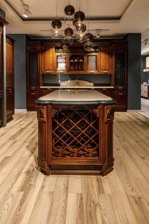 Interior de cocina moderna con araña y contador