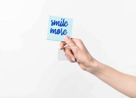 Photo pour Photo recadrée de femme tenant bleu collant note avec sourire plus d'inspiration, isolé n blanc - image libre de droit