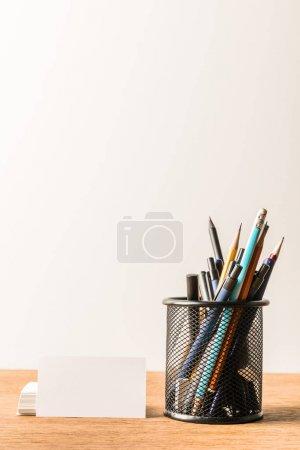 Photo pour Vue rapprochée de la papeterie et des cartes vierges sur table en bois sur fond gris - image libre de droit