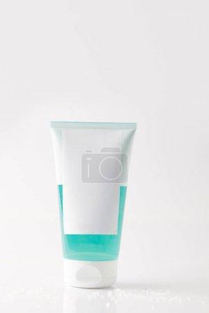 Photo pour Vue rapprochée du tube crème sur fond blanc - image libre de droit