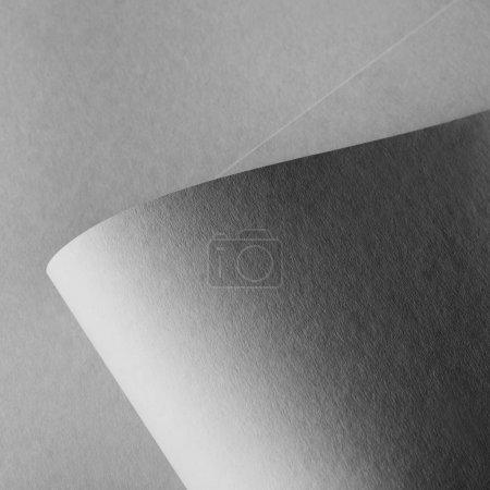 Foto de Vista cercana de gris laminado en fondo de la hoja de papel - Imagen libre de derechos