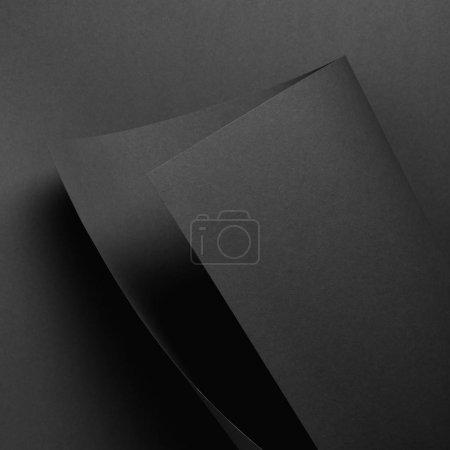 vue rapprochée de la feuille de papier gris et du fond sombre