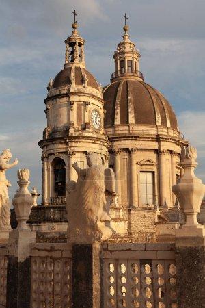 Foto de Catania, Italia - 3 de octubre de 2019: enfoque selectivo de la antigua catedral de Santa Agatha en forma siciosa. - Imagen libre de derechos