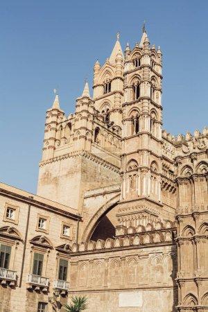 Foto de Palermo, Italia - 3 de octubre de 2019: Vista baja de la catedral de Palermo contra el cielo azul. - Imagen libre de derechos