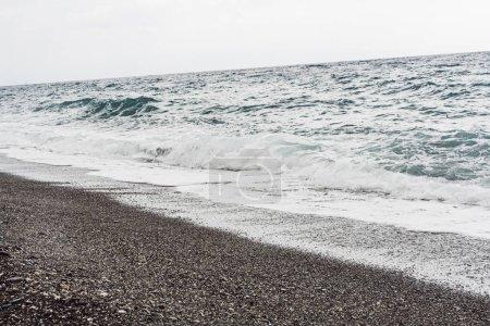 Photo pour Vagues de mer sur une plage sablonneuse en bord de mer - image libre de droit