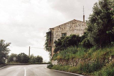 Photo pour Construction près de la route et arbres verts en italique - image libre de droit
