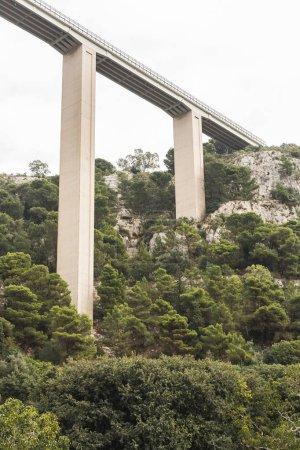 Photo pour Modica, Italie - 3 octobre 2019 : modica viaduct near green plants and trees in Sicily - image libre de droit