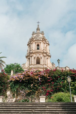 Photo pour MODICA, ITALY - OCTOBER 3, 2019: low angle view of baroque cathedral of san giorgio in sicily - image libre de droit
