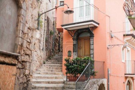 Photo pour Choix sélectif des escaliers près d'une petite maison en raguse, italiques - image libre de droit