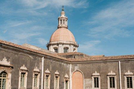 Photo pour Catane, Italie - 3 octobre 2019 : lumière du soleil sur l'ancienne façade de la cathédrale Sainte-Agatha en italique - image libre de droit