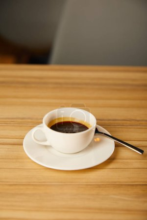 Photo pour Tasse blanche avec café près de la cuillère dans le café - image libre de droit