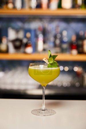 Photo pour Verre avec cocktail d'alcool frais sur le comptoir du bar - image libre de droit
