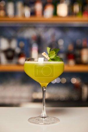 Photo pour Verre avec cocktail mélangé d'alcool sur le comptoir du bar - image libre de droit