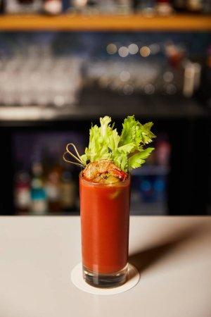 Photo pour Cocktail de Mary avec céleri et crevettes en verre sur le comptoir du bar - image libre de droit