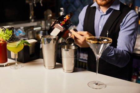 Photo pour Vue recadrée du barman préparant des cocktails au bar - image libre de droit