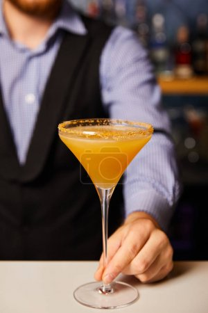 Photo pour Vue en coupe du barman tenant le verre margarita avec cocktail - image libre de droit