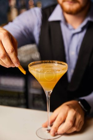 Photo pour Vue en coupe du barman tenant le verre margarita avec cocktail frais - image libre de droit