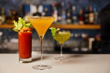 Photo pour Mise au point sélective de cocktails froids et frais dans des verres sur le comptoir du bar - image libre de droit