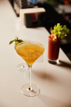 Photo pour Mise au point sélective de cocktails froids dans des verres sur le stand du bar - image libre de droit