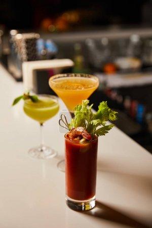 Photo pour Foyer sélectif de froid sanguinolent mary cocktail en verre sur le stand de bar - image libre de droit