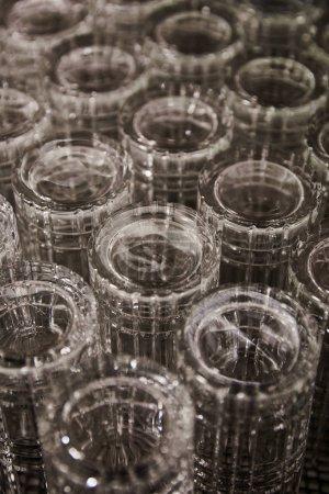 Photo pour Foyer sélectif de verres à cocktail vides dans le bar - image libre de droit