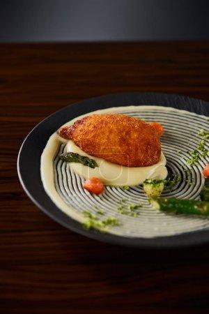Photo pour Délicieux poulet kiev et purée de pommes de terre servis sur table en bois - image libre de droit