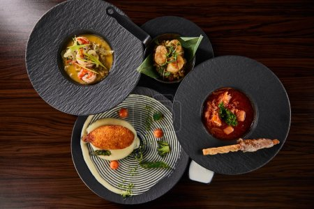 Photo pour Top vue sur les délicieux plats du restaurant sur table en bois - image libre de droit