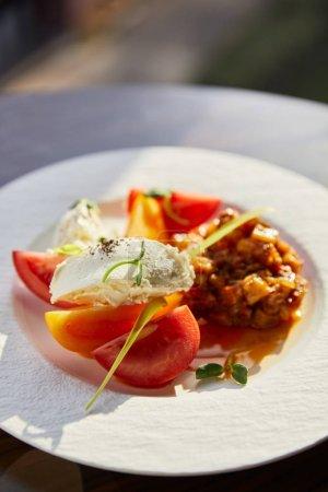Photo pour Délicieux caviar d'aubergines avec tomates et beurre servi au restaurant au soleil - image libre de droit