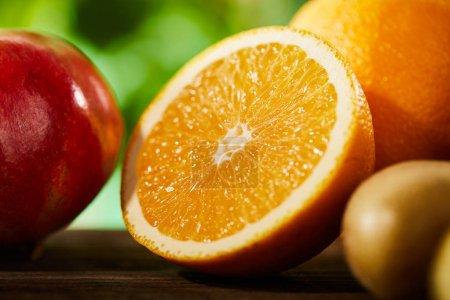 Photo pour Vue de près d'oranges coupées et entières, de grenades et de kiwis - image libre de droit