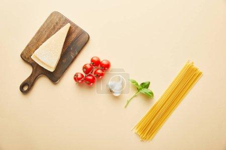 Photo pour À plat avec délicieux spaghetti et sauce tomate sur fond jaune - image libre de droit