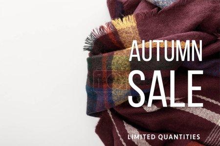 Photo pour Vue du haut de l'écharpe à carreaux de laine bordeaux sur fond blanc avec illustration vente automne - image libre de droit